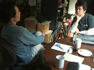 2008年、平成20年産のグランドデザインをコーヒー片手に日が暮れるまでやった。 同席の彼(右)は、ここ一年ですっかり稲の魅力にハマッたカミアカリドリーム炊飯研究班の小谷氏。